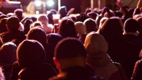 Baile de la muchedumbre en el concierto de la música almacen de video