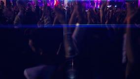 Baile de la muchedumbre en el concierto (nueva serie +10) almacen de video
