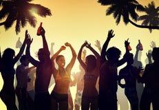 Baile de la muchedumbre por la playa Imagen de archivo libre de regalías