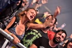 Baile de la muchedumbre que anima en un concierto vivo Fotos de archivo libres de regalías