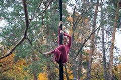 Baile de la mujer con la seda aérea en un fondo de los árboles Fotos de archivo libres de regalías