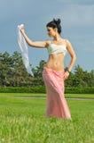 Baile de la mujer con una bufanda fotografía de archivo libre de regalías