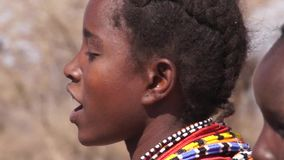 Baile de la mujer de las tribus de Samburu y canto Danza tradicional de Samburu almacen de video