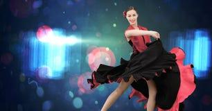 Baile de la mujer del flamenco con las luces que brillan intensamente Foto de archivo