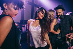 Baile de la mujer en el partido con los amigos en el club nocturno Imágenes de archivo libres de regalías
