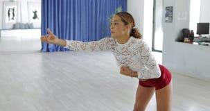 Baile de la mujer en estudio almacen de metraje de vídeo