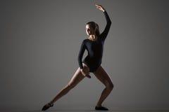 Baile de la mujer en estudio Fotos de archivo libres de regalías