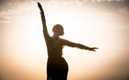 Baile de la mujer en la salida del sol Imagen de archivo libre de regalías