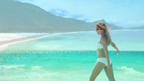 Baile de la mujer en la playa almacen de metraje de vídeo