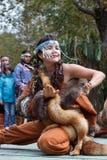 Baile de la mujer joven de la expresión en el aborigen de la ropa de Kamchatk Imagen de archivo