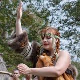 Baile de la mujer joven en el aborigen de la ropa de Kamchatka Foto de archivo libre de regalías