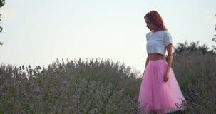 Baile de la mujer joven en el campo del lavanda metrajes
