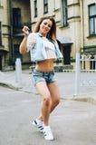Baile de la mujer joven en la calle Imagen de archivo libre de regalías