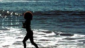 Baile de la mujer mientras que ella está en el mar metrajes