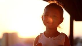 Baile de la niña en la puesta del sol en el balcón Tiro del primer de la silueta almacen de metraje de vídeo