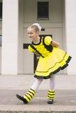 Baile de la niña en traje de la abeja Fotos de archivo libres de regalías