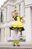 Baile de la niña en traje de la abeja Fotos de archivo
