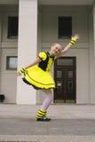 Baile de la niña en traje de la abeja Imágenes de archivo libres de regalías