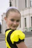 Baile de la niña en traje de la abeja Fotografía de archivo