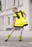Baile de la niña en traje de la abeja Imagenes de archivo
