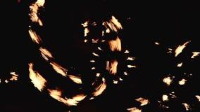 Baile de la noche con el fuego almacen de video