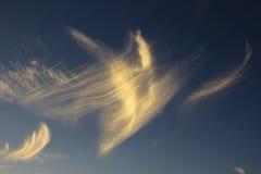 Baile de la nube de cirro en la puesta del sol imagen de archivo libre de regalías