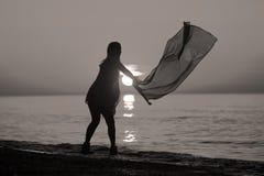 Baile de la señora con una bandera Imágenes de archivo libres de regalías
