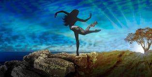 Baile de la silueta de la bailarina de la mujer en naturaleza Foto de archivo libre de regalías