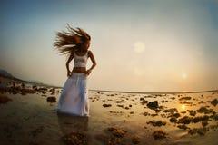 Baile de la silueta de la mujer en la playa Fotos de archivo