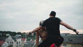 Baile de los pares de los bailarines en el tejado metrajes