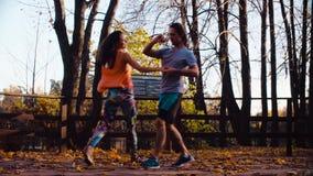 Baile de los pares en el puente de madera en otoño almacen de metraje de vídeo