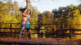 Baile de los pares en el puente de madera en otoño metrajes