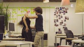Baile de los pares en la oficina metrajes