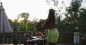 Baile de los pares en mujer de giro del hombre de la terraza del verano durante cena romántica el fecha al aire libre sobre paisa almacen de metraje de vídeo