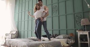 Baile de los pares y situación románticos jovenes del abrazo en cama Relaci?n y concepto del amor almacen de metraje de vídeo
