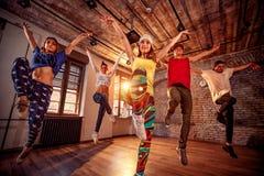 Baile de baile moderno de la práctica del grupo en salto Deporte, baile imagen de archivo