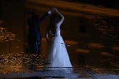 Baile de novia y del novio en la noche Imagen de archivo