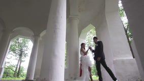 Baile de novia y del novio en las columnas antiguas metrajes