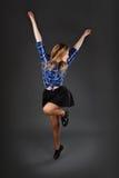 Baile de salto del adolescente en un fondo gris oscuro del estudio Imagen de archivo