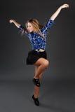 Baile de salto del hip-hop del adolescente delgado bastante moderno del estilo encendido Foto de archivo libre de regalías