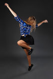 Baile de salto del hip-hop del adolescente delgado bastante moderno del estilo encendido Imagen de archivo