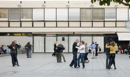 Baile de un tango en la calle fotos de archivo libres de regalías