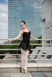 Baile del bailarín de ballet en la calle Imagen de archivo libre de regalías