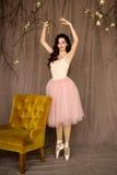 Baile del belerina de la muchacha en el estudio Imagen de archivo