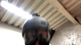 Baile del casco y del balaklava del hombre que lleva enojado almacen de metraje de vídeo