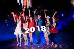 Baile del grupo de personas en el club de noche con la celebración de días festivos de la Navidad del sombrero de Papá Noel Fotografía de archivo libre de regalías