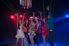 Baile del grupo de personas en el partido del club de noche Imagen de archivo