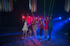 Baile del grupo de personas en el partido del club de noche y el fondo de las luces Fotos de archivo libres de regalías