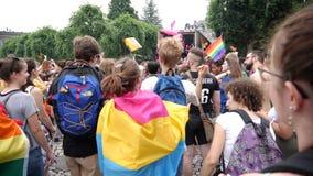Baile del grupo de personas en la cámara lenta del orgullo de LGBT almacen de metraje de vídeo