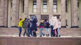 Baile del grupo de personas en las escaleras de la universidad de estado de Moscú metrajes